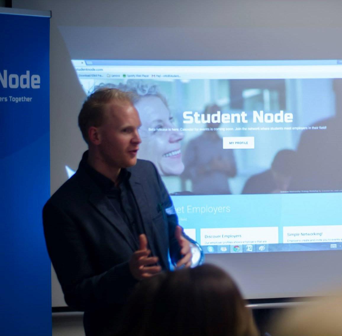 Erik Sturesson gör en presentation om Student Node