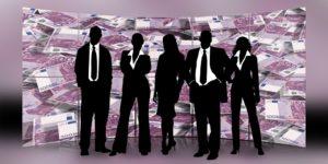 Bild på ett teamet som arbetar med Scrum och står upp på sina möten.