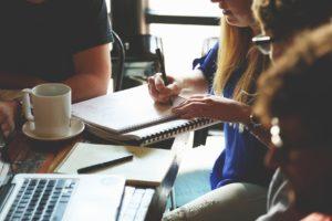 Värdeerbjudande - intervjua chefer och medarbetare för att höra varför de började jobba på arbetsplatsen och varför de stannar.